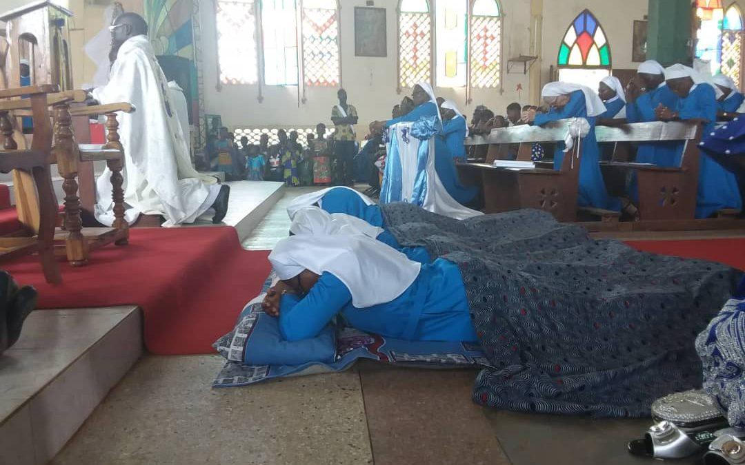Quatre professes de l'Institut des Sœurs Hospitalières de Notre Dame de Compassion ont émis leurs vœux perpétuels à la paroisse Saint Esprit de Tabligbo.